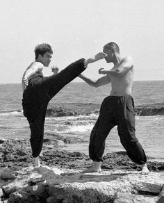 Brucie and Ted Wong on the beach Martial Arts Movies, Martial Artists, Bruce Lee Martial Arts, Indian Yoga, Jeet Kune Do, Bruce Lee Photos, Fighting Poses, Ip Man, Warrior Spirit