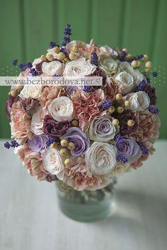 Свадебный букет из кремовых пионовидных роз, персиковой гвоздики с коричневой эустомой, ягодами и лавандой