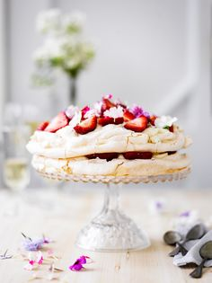 Pavlova eli pehmeä marenkikakku | K-ruoka Mini Pavlova, Raspberry Pavlova, Meringue, Just Desserts, Delicious Desserts, Yummy Food, Sweet Recipes, Cake Recipes, Gourmet