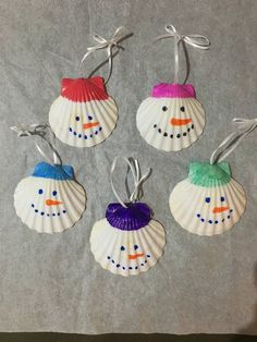 Weihnachten, Jakobsmuschel Schale, Ornamente Can not help but smile, I know …. These cute little scallop shell Christmas ornaments are hand painted and measure about 3 by 3 inches. Select any displayed color. Christmas Crafts For Kids, Handmade Christmas, Holiday Crafts, Christmas Diy, Christmas Decorations, Nautical Christmas, Christmas Island, Hallmark Christmas, Christmas Music