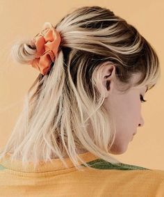 Exquisite mid-blond Ombre Half Updo hairstyles for teens - Trend Scrunchie Hairstyles Half Updo Hairstyles, Prom Hairstyles For Short Hair, Trending Hairstyles, Pretty Hairstyles, Teenage Hairstyles, Hairstyles Videos, Short Hair Bun, Short Hair Styles, Bun Styles