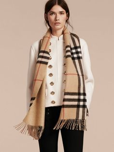 5158b522094c A Scottish-made Burberry cashmere scarf to adapt to your style