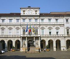 Torino-Palazzo Civico, attuale nome dell'antico Palazzo di Città, è la sede del municipio della città di Torino. Esso si affaccia sulla piazza che prende il nome dalla sua originaria denominazione e che, prima dell'ultima sistemazione settecentesca, era conosciuta col nome di piazza delle Erbe.- wikipedia