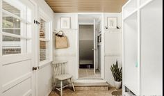 Peg rail farmhouse porch cottage style Rustic Farmhouse Furniture, Cottage Farmhouse, Farmhouse Design, Cottage Style, Design Your Home, Craftsman Style, Mudroom, Vintage Decor, Custom Homes