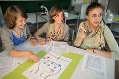"""Schüler bei der Arbeit mit der """"Bildungkiste"""" Heilpflanzen"""