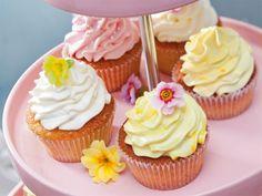 Süße Zitronen-Cupcakes gefüllt mit selbst gemachtem Lemon Curd und verziert mit erfrischendem Zitronen-Frosting.
