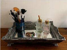 """Bandeja Provençal em gesso, pintada à mão ao estilo """"Prata Envelhecido"""", com espelho e pés de apoio."""