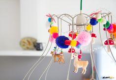 DIY lamp decorated with pompoms and plastic animals Cool Diy Projects, Craft Projects, Projects To Try, Kids Crafts, Rooms Ideas, Plastic Animals, Kids Decor, Diy For Kids, Making Ideas