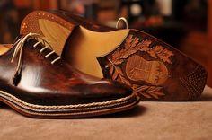 """Ismét megrendezték Wiesbadenben a Kézműves Cipőkészítők Európai Bajnokságát, ahol Kovács Attila miskolci cipészmester nemcsak három aranyérmet nyert, de elhozta """"A világ legjobb cipője"""" díjat is – írja a Szeretlekmagyarország."""