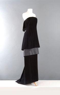 Yves SAINT LAURENT haute couture n° 60322 circa 1986 - 1988 Robe longue en velours noir, haut bustier à effet de mini robe laissant apercevoir un jupon de taffetas se terminant au dos par un arrondi agrémenté… - Gros & Delettrez - 21/03/2016
