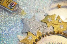 DIY de Carnaval: maquiagem e acessório de cabeça de constelação. Tutorial de arco de estrelas e make com glitter e paetês.