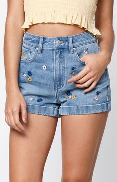 Borrow style pointers from the in these ultra-chic Indigo Garden Mom Shorts by PacSun. Made from a rigid fabric, these cute mom shorts boast a classic body, floral embroidery details, high-rise fit, and cuffed hem. Baggy Jeans 90s, Mom Jeans Shorts, Loose Jeans, Jeans Dress, Denim Pants, Short Jeans, Pacsun Outfits, Pacsun Dresses, Pacsun Shorts