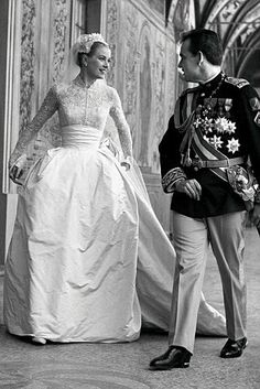 On April Prince Rainier III, married American actress Grace Kelly, in Monte Carlo, after a short engagement. Grace Kelly married Prince Rainier III in an incredible gown designed by Helen Rose. Helen Rose, Royal Wedding Gowns, Royal Weddings, Princess Grace Wedding Dress, Romantic Princess, Real Princess, Vintage Princess, Royal Brides, Princess Dresses