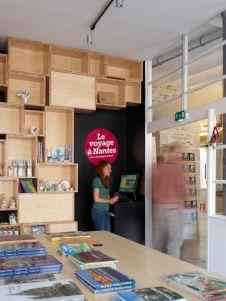 Dans le cadre de Voyage à Nantes, nouvel office de tourisme réalisé par Mobil M, groupe Coupechoux. Tourist Center, Desk, Storage, Boutique, Inspiration, Home Decor, Group, Store, Purse Storage