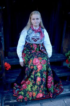 Women's bunad from Sigdal, Norway. This Sigdalsbunad a Norwegian folk costume, is from the 1900 century. Folk Costume, Costumes, Norse Vikings, My Heritage, Amazing People, Oslo, Norway, Scandinavian, Sculptures