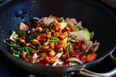 http://valkosipulintuoksuinenkeittio.blogspot.fi/2014/06/kanaa-cashew-pahkinoilla-kai-phat-met.html