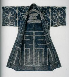 Hanten and happi : traditional japanese sashiko work coats : bold designs and colorful images by Cynthia Shaver Japanese Textiles, Japanese Fabric, Japanese Coat, Japanese Geisha, Japanese Embroidery, Japanese Outfits, Japanese Fashion, Japanese Clothing, Look Kimono