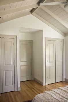 BM Revere Pewter Trim and Doors with white walls Interior Door Colors, Grey Interior Doors, Interior Trim, Painted Interior Doors, Dark Trim, Grey Trim, White Trim, Off White Walls, Grey Walls