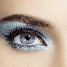 Vackert makeup i blått för blå ögon.