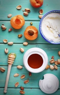 Albaricoques, queso crema, pistachos y miel, apricots photography, food styling