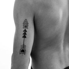 tatuajes de triangulos para hombres con flecha