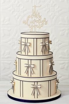 Reminiscent of the art deco, glamorous train travel days, this 3-tiered cake by @ledolci is a showpiece for any wedding!