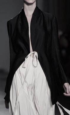 Sleek black jacket & pleated skirt; runway fashion details // Uma Wang Spring 2016