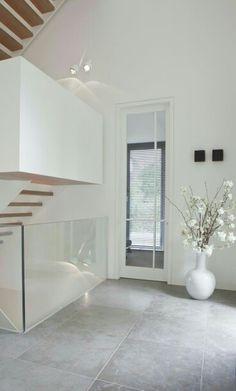 De vloer hier is mooi, niet het glas bij de trap