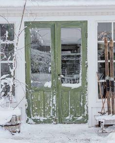 Å som jeg har savnet å være innefor disse dørene i tiden man har vært syk..i morgen blir det nok en liten tur ut hit igjen💛 Fin lørdagskveld der ute #snow #winterwonderland #olddoor