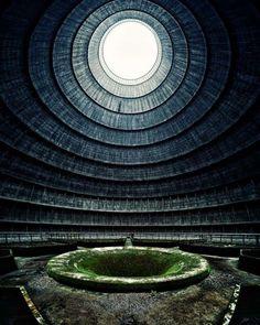 Заброшенная электростанция. Эта поросшая мхом воронка - градирня, которая является частью охлаждающей башни электростанции Монсо, построенной в 1930 году в бельгийском городе Шарлеруа. В 2006 году электростанция прекратила свою работу и пополнила собой список жутких заброшенных зданий.