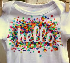 Oh I am dying at how EASY these DIY t-shirts are! Kids can totally make these! Sharpie Tie Dye T-shirt Tutorial Fabric Paint Shirt, T Shirt Painting, Tshirt Painting Ideas, Fabric Painting, Diy Camisa, Sharpie Tie Dye, Freezer Paper Stenciling, Tie Dye Crafts, Shirt Tutorial