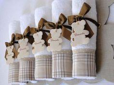Toalhinha com embalagem de urso para lembrancinha de maternidade ou nascimento.  Veja mais em: http://mamaepratica.com.br/2016/01/29/15-ideias-de-lembrancinhas-de-maternidade-para-mexer-com-os-sentidos/