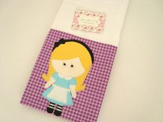 Fralda de Ombro - Alice é confeccionada em fralda de ótima qualidade, dupla, barrado em tricoline (100% algodão) e com aplicação do tema.  Ideal para proteger a pele delicada do seu bebê na hora da amamentação.