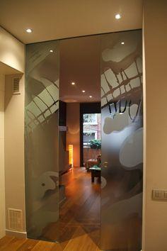 Federico Centarti Studio: Restauración piso completo, 90 m2   2013 - Puerta de cristal con grabado al ácido. Arte de G.G.