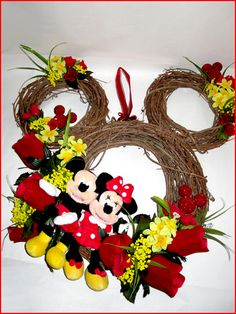 Adorable Mickey and Minnie wreath - looks pretty easy to do. Click to purchase Minnie and Mickey for this project $13.99 shipped