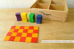 Mosaik, gelegt mit den geometrischen Formen von Spielgabe 7, dem Legespiel nach Fröbel