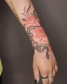 Tattoo Snake, Tigh Tattoo, Mädchen Tattoo, Back Tattoo, Snake And Flowers Tattoo, Red Ink Tattoos, Mini Tattoos, Small Tattoos, Simple Arm Tattoos