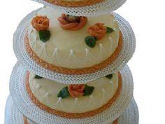 Bruidstaart Chipolata 4 Etages. Een biscuit gevuld met chipolata vulling. Afgewerkt met marsepein en versieringen. #biscuit #bruidstaart #trouwen #chipolata #marsepein