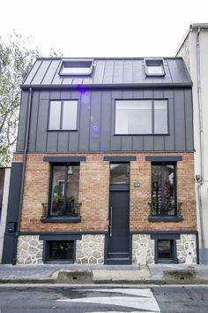 A simple townhouse in the red brick facade. A house in front of which you do not necessarily would stop. Before the intervention of the talented architect Emilie Bongard EMM architectures. Modern Architecture House, Facade Architecture, Modern House Design, Garage House, Renovation Facade, House Cladding, Mansard Roof, Roof Extension, Modern Garage