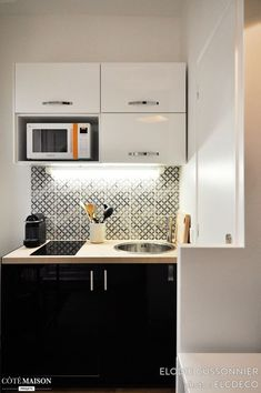 L'aménagement de l'appartement a été conçu de façon à limiter tout encombrement mais sans pour autant oublier les commodités nécessaires. L'appartement, en rez-de-chaussée sur cour, était assez sombre : les poutres brutes ont été repeintes en blanc, de même que l'intérieur a été travaillé afin d'y apporter de la luminosité et du contraste, faisant de l'ensemble un espace chaleureux.