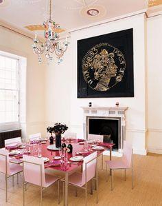 dcoration kitsch pour salle a manger avec table rose et chaises roses et tableau noir or