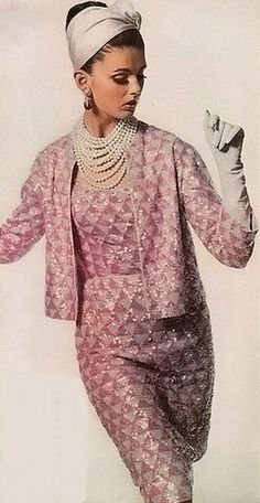 Vogue 1962 Vintage is so back ! Vintage Vogue, Vintage Glamour, Moda Vintage, Vintage Beauty, Vintage Chanel, Vintage Pink, Vintage Pearls, Vintage Modern, Look Fashion
