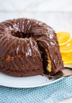 Super saftiger, fluffiger und schokoladiger Marmorkuchen. Eine Variante mit Orange ist auch enthalten. Dieser Kuchen ist einfach ein Klassiker! Easy Cake Recipes, Dessert Recipes, Desserts, Ham And Eggs, Soft Lips, Doughnut, Super, Cooking, Breakfast