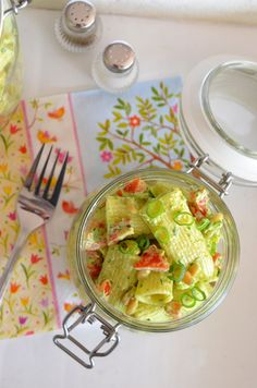 Ninas kleiner Food-Blog: Bärlauch-Nudelsalat mit Tomaten, Pinienkernen und Frühlingszwiebeln
