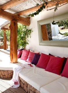 terrassen modern mit terrassedach holz und sitzecke aus natursteinen mit kissen weiß und violett