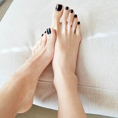 Very long pretty toes!