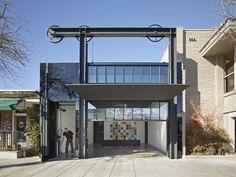 Nous vous avons souvent parlé dans le Journal du Design du studio d'architecture Olson Kundig Architects. Comme vous pouvez le constater, ce studio américain apporte une attention particulière aux ouvertures monumentales et aux systèmes qui les accompagnent. Pour cette réhabilitation d'une bâtisse des années 50, les architectes nous livrent une nouvelle fois une magnifique ouverture qui sublime la façade de cette réhabilitation.