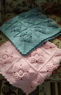 Motifli örgü bebek battaniye See other ideas and pictures from the category menu…. Crochet Square Patterns, Crochet Squares, Crochet Blanket Patterns, Baby Knitting Patterns, Crochet Stitches, Baby Afghan Crochet, Knitted Baby Blankets, Crochet Projects, Kid Quilts