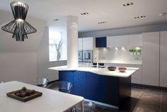 couleur pour cuisine - peinture murale gris clair, crédence et armoires blanches et îlot central bleu cobalt