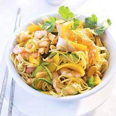 noodles with shrimp and mango. worth translating if you don't speak Dutch. Pasta Salad, Noodles, Shrimp, Mango, Eat, Ethnic Recipes, Merry, Don't Speak, Dutch